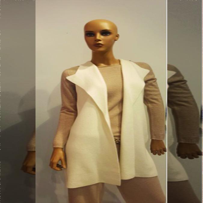 L'angolo dello stile: la mantella in cashmere con bordo di vera pelliccia.